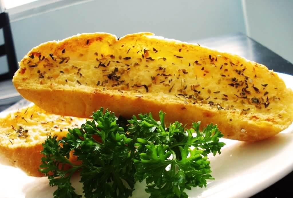 Cách làm bánh mì bơ tỏi bằng chảo lò vi sóng đơn giản