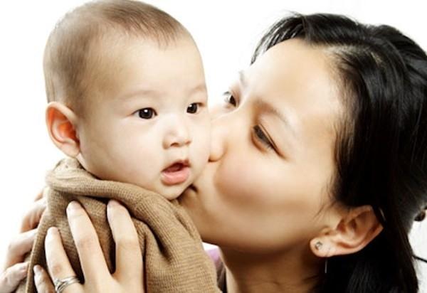 Với trẻ sơ sinh các mẹ nên tế nhị, đừng để nhiều người lớn ôm hôn trẻ