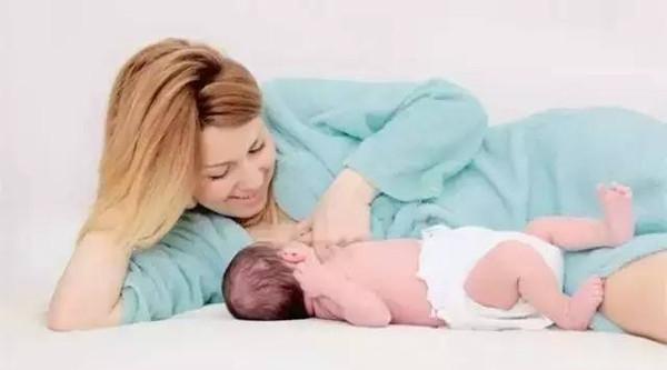 Cho trẻ sơ sinh bú hoàn toàn bằng sữa mẹ