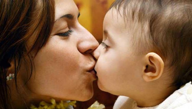 Không được để người khác ôm, hôn vào miệng trẻ