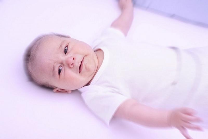 Khi thấy trẻ bị hóc nghẹn, mẹ cần thao tác khai thông đường thở, đẩy dị vật ra khỏi đường thở của trẻ