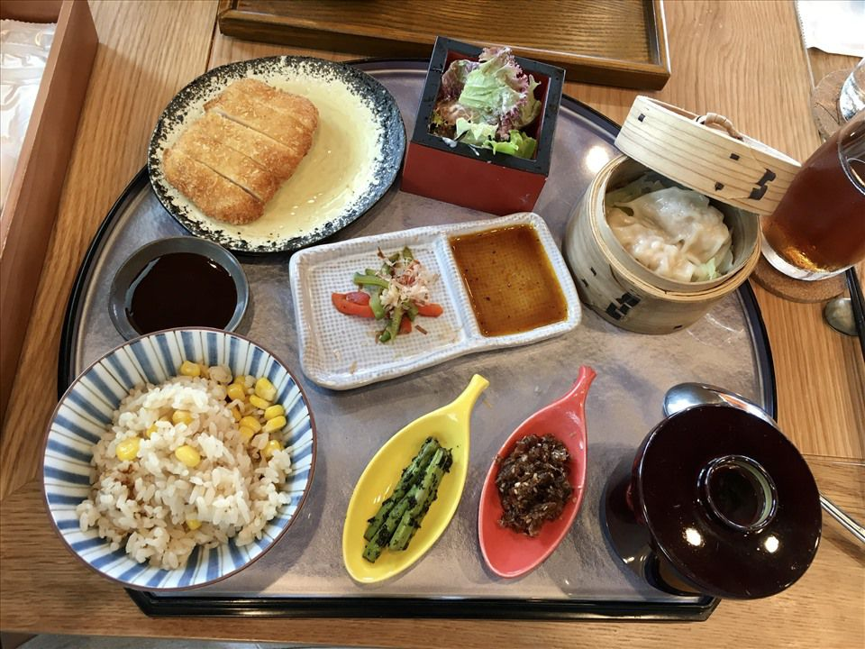 """Nhật Bản có một tỉnh mệnh danh là """"vùng đất của người sống thọ nhất thế giới"""": Bí quyết của họ là 4 kiểu ăn uống mà người Việt hoàn toàn có thể học theo - Ảnh 5.  Người dân tỉnh Nagano lại chủ yếu ăn cá vì chúng giàu axit béo omega-3, tốt cho tim mạch  Trong khi nhiều người Nhật thích ăn thịt thì người dân tỉnh Nagano lại chủ yếu ăn cá vì chúng giàu axit béo omega-3, tốt cho tim mạch. Ngoài ra, họ cũng rất yêu thích đậu phụ, rong biển và bạch tuộc - đây đều là những thực phẩm có khả năng giảm ung thư và xơ cứng động mạch."""