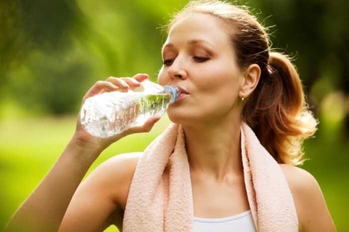 Chăm sóc da mặt hàng ngày bằng cách uống nhiều nước