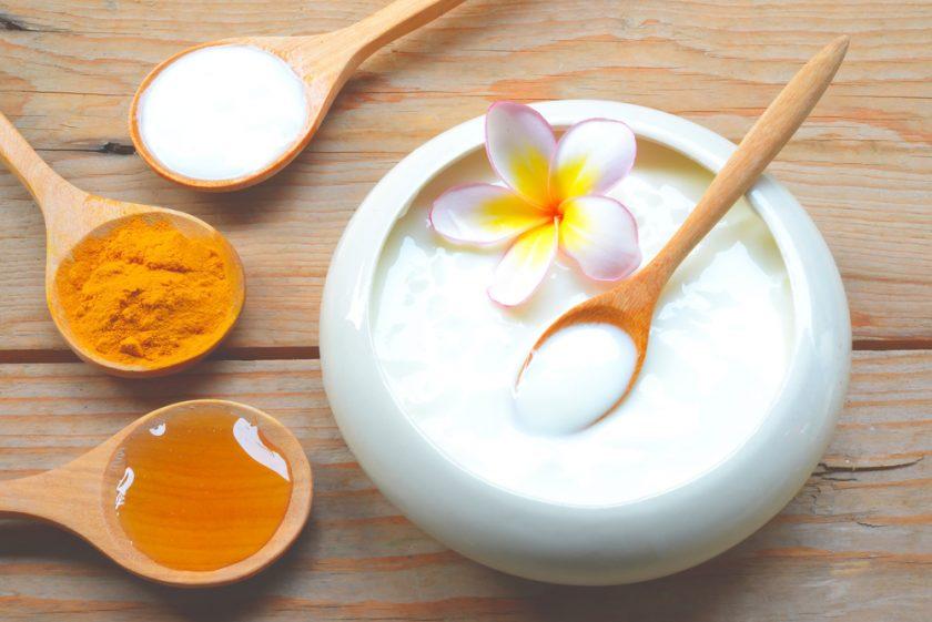 Mặt nạ từ bột nghệ và sữa chua có khả năng làm mờ đốm tàn nhang, thâm sạm và phục hồi da