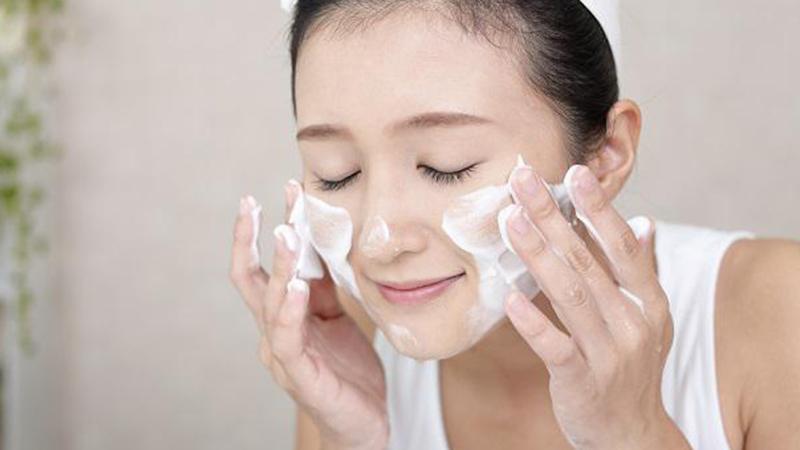 Tẩy trang là bước làm sạch quan trọng với làn da khô