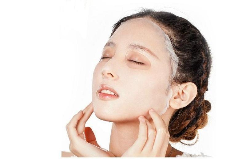 Đắp mặt nạ giấy giúp cấp ẩm chuyên sâu cho da