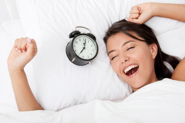 Việc ăn ngủ đúng cách có thể đem lại làn da tươi trẻ hơn.