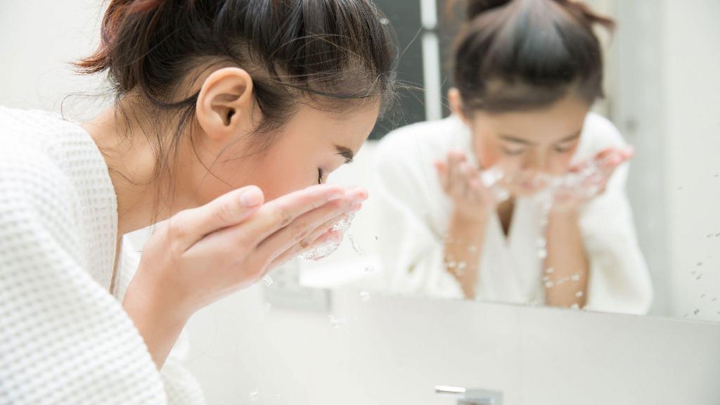 Sữa rửa mặt giúp làm sạch sâu làn da