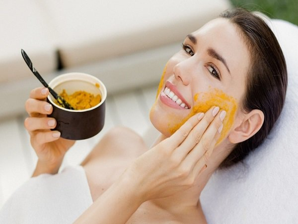 Đắp mặt nạ cũng là một cách giúp chị em chăm sóc da sau sinh