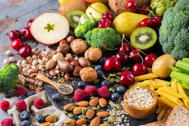 Tất cả các loại vắc xin phòng Covid-19 đều đã được thử nghiệm trên những người có chế độ ăn uống bình thường. Điều này có nghĩa là, vắc xin đã được chứng minh có hiệu quả mà không cần bất kỳ chế độ dinh dưỡng đặc biệt nào. Tuy nhiên, một thực đơn ăn uống khoa học, hợp lý sẽ hỗ trợ tốt cho nhu cầu của cơ thể, kể cả trước và sau khi tiêm vắc xin. (3) Ngoài ra, bạn nên xem thêm bài viết tổng hợp các loại thức ăn giúp cải thiện sức đề kháng cho cơ thể cực tốt trong mùa địch bệnh nguy hiểm này nhé!    1. Trước khi đi tiêm vắc xin Covid xong nên ăn gì cho tốt?   Giữ cho cơ thể đủ nước  Nước giữ vai trò quan trọng trong việc duy trì sức khỏe con người. Thường xuyên uống nhiều nước giúp máu lưu thông tốt, cung cấp đầy đủ oxy đến các tế bào giúp hệ miễn dịch làm việc tốt hơn. Nước không chỉ cung cấp nguồn năng lượng cho các tế bào, mà còn giúp các tế bào loại bỏ độc tố và các nguyên nhân gây bệnh một cách tự nhiên. uong du nuoc duy tri suc khoe  Nước giữ một vai trò quan trọng trong việc duy trì sức khỏe con người  Theo Viện Y học Hoa Kỳ (Institute of Medicine), phụ nữ cần uống đủ 2,7 lít nước mỗi ngày, nam giới cần 3,7 lít. Khoảng 20% nước đến từ thức ăn, lượng nước còn lại cần được bổ sung đều trong ngày và phân bố đều trong 4 thời điểm: sau khi thức dậy đến giữa buổi sáng, giữa sáng đến trưa, giờ ăn trưa đến giữa buổi chiều, giữa chiều đến giờ ăn tối.    Ăn thực phẩm nguyên hạt  Nhiều cuộc khảo sát về chế độ dinh dưỡng của người dân trong mùa dịch cho thấy, lượng tiêu thụ các thực phẩm chế biến giàu đường, chất béo tăng cao trong mùa dịch. Các nhà dinh dưỡng cho rằng, tiêu thụ nhiều thực phẩm chế biến chứa chất phụ gia có thể làm suy yếu hệ thống miễn dịch.  Cụ thể, người ăn nhiều thực phẩm chế biến có nguy cơ cao gây béo phì, viêm miễn dịch và kháng insulin, dẫn đến xơ gan, suy gan, rối loạn điều hòa hệ thống miễn dịch. thuc pham nguyen hat chua nhieu dinh duong  Thực phẩm nguyên hạt chứa ít chất béo, giúp cơ thể bổ sung nhiều loại vitamin, khoáng chất và chất xơ  Thói q