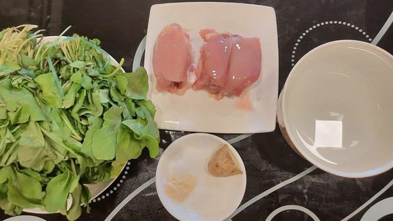 Canh cải bó xôi nấu thịt gà băm