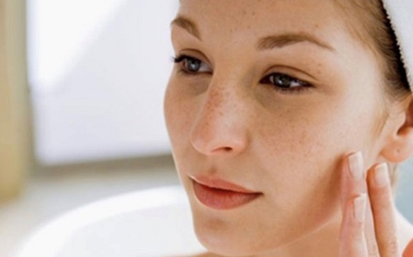 Nhận định của các chuyên gia thì nám da mặt là hiện tượng và hết sức bình thường ở giai đoạn trong thai kỳ và sau sinh. Nhưng người phụ nữ hoàn toàn có thể phòng tránh được điều này nhờ chế độ sinh hoạt và ăn uống hằng ngày: • Nên có thói quen sinh hoạt tốt, không thức khuya sau 10 giờ đêm và duy trì thói quen ngủ đủ 8 tiếng một ngày. • Cấp đủ ít nhất 2 lít nước cho cơ thể để có thể đào thải những chất độc trong cơ thể ra ngoài, giúp làn da lúc nào cũng căng bóng, mọng nước. • Hạn chế sử dụng các thiết bị điện thoại, máy tính, tivi để tránh sự xâm nhập và gây hại của tia tử ngoại. • Sử dụng thêm các mỹ phẩm chăm sóc da vì đây là thời điểm làn da cần được chăm sóc hơn bao giờ hết. Bạn nên lựa chọn loại mỹ phẩm nào phù hợp với phụ nữ đang cho con bú nhé. • Ngoài ra có thể đăng ký các lớp yoga để tinh thần minh mẫn, sảng khoái và cơ thể được vận động đúng cách. Đây cũng chính là một biện pháp thích hợp để bảo vệ làn da đấy. Như vậy, có thể thấy là tình trạng nám da ở phụ nữ mang thai không phải là hiện tượng hiếm gặp. Nó cũng không có ảnh hưởng trực tiếp đến chất lượng thai kỳ nhưng có ảnh hưởng gián tiếp. Do đó, tốt hơn hết chúng ta vẫn nên biết cách phòng tránh hiện tượng nám da trong giai đoạn mang bầu và nám da sau sinh. Hi vọng những thông tin được cung cấp trong bài viết có ích cho bạn.