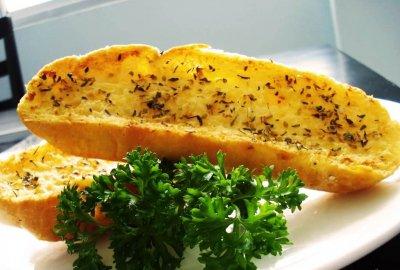 Cách làm bánh mì bơ tỏi bằng chảo, lò vi sóng đơn giản
